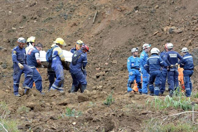 Photo of 10 cuerpos sin vida ya fueron recuperados en la autopista Medellín Bogotá tras alud