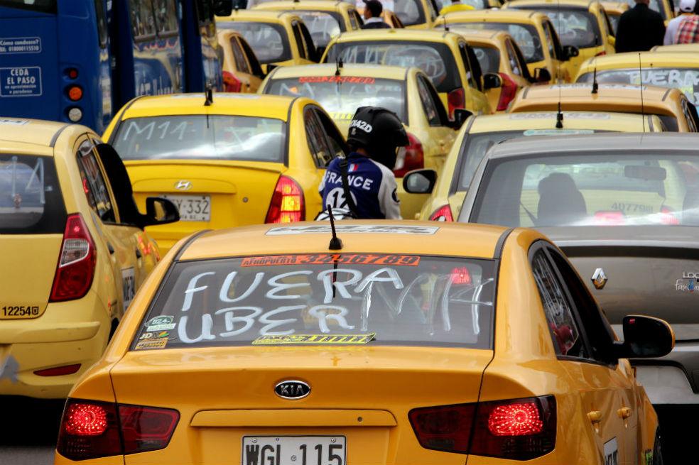 Photo of Entre asomos de bloqueo y caos, inician marchas de taxistas en Bogotá