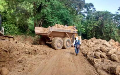 Se abre paso provisional en la Guamalera, luego de los deslizamientos presentados el pasado lunes