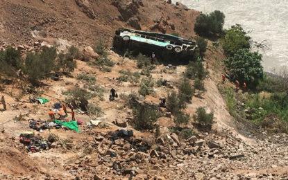 Al menos 36 muertos deja caída de autobús a un abismo en Perú