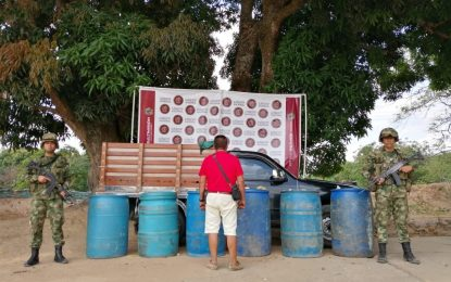 En Arauca, Ejército Nacional capturó un sujeto que transportaba 330 galones de material ilegal de hidrocarburos