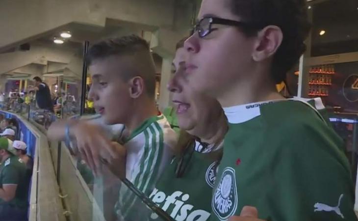 Photo of Madre brasileña narra partidos de fútbol para su hijo ciego
