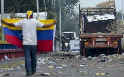 En el limbo: atrapados en Colombia tras bloqueo de ayuda en Venezuela
