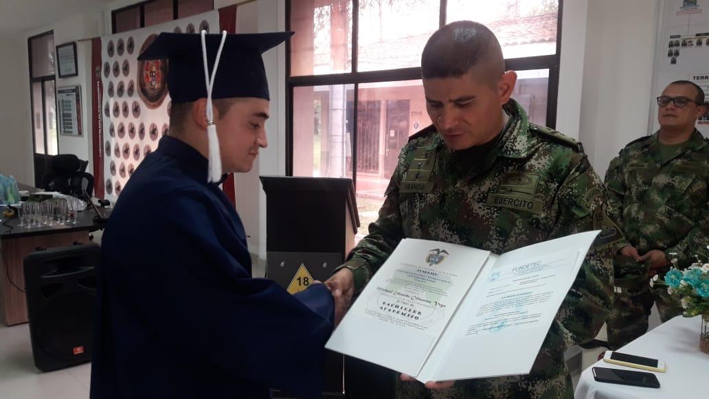 Photo of En Arauca, Soldado regular enorgullece a un todo un batallón al graduarse de Bachillerato