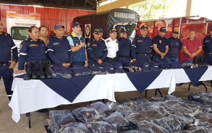 Cruz Roja y Bomberos recibieron dotación de uniformes