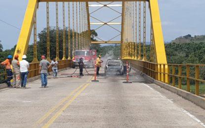 En el puente Tacuya, vehículo ardió en llamas