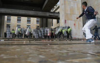 Encapuchados descontrolaron la marcha estudiantil en Bogotá
