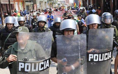 Policías se amotinan en tres ciudades de Bolivia contra Morales