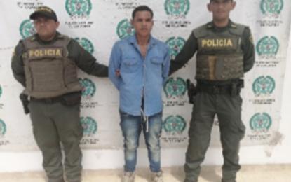 """En Villanueva, hombre """"enfurecido"""" agredió 4 personas entre ellos dos policías"""