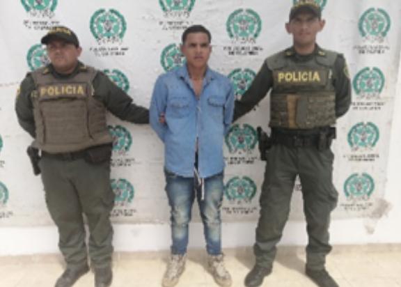 """Photo of En Villanueva, hombre """"enfurecido"""" agredió 4 personas entre ellos dos policías"""