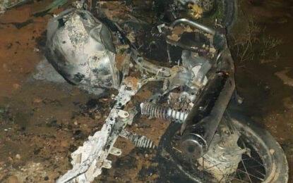 Motocicleta de dos presuntos ladrones fue quemada en la ciudadela La Bendición en Yopal